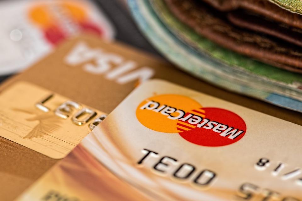 credit card 851502 960 720 - 5 Auswirkungen einer Rezession auf größere Unternehmen