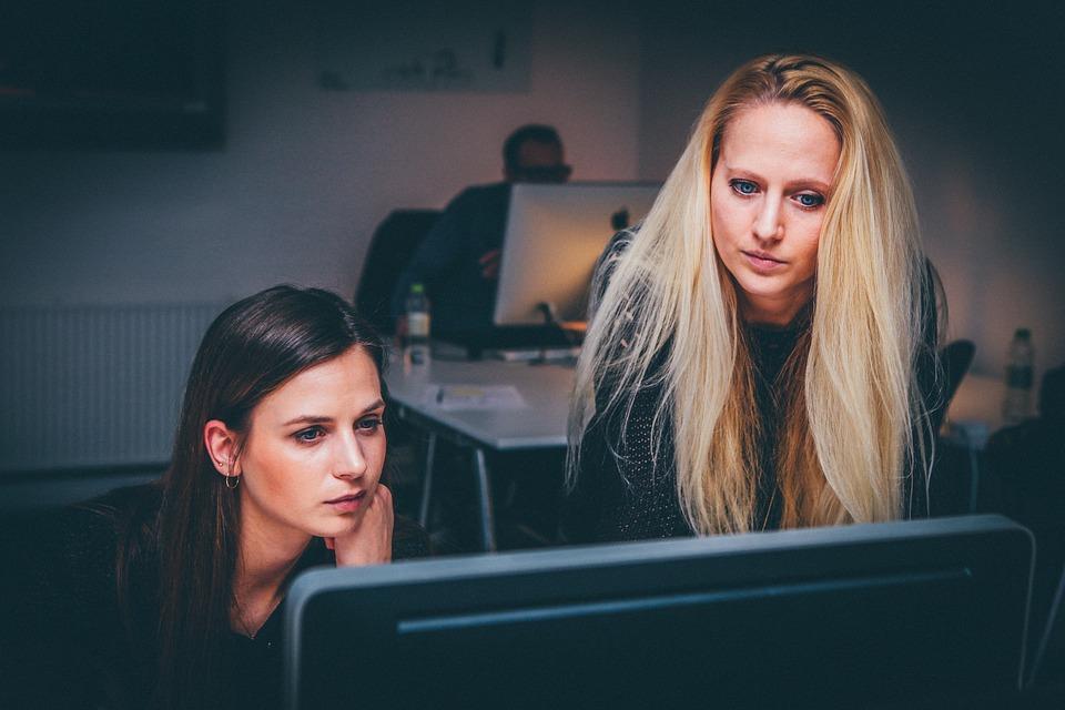 women 1209678 960 720 - 5 Auswirkungen einer Rezession auf größere Unternehmen